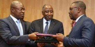 Théodore Gnagna Zadi et le ministre de la Fonction publique, sous le regard du premier ministre Amadou Gon Coulibaly, lors de la signature de l'accord de trêve