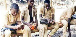 Des élèves dans une buvette à Abidjan