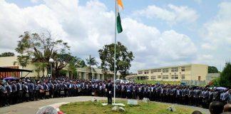 Les étudiants de l'ENS au salut aux couleurs