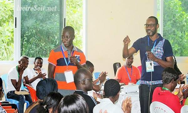 André Silver Konan formant des jeunes chrétiens en quête d'emploi