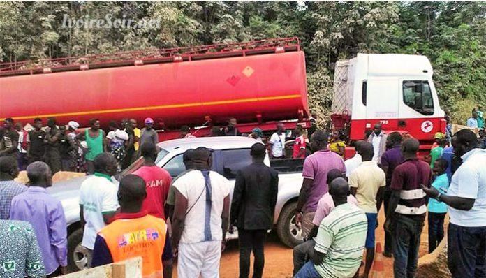 Une curieuse obstruction de la voie menant à Gagnoa a contraint des militants du PDCI à se frayer une autre voie, pour se rendre au meeting