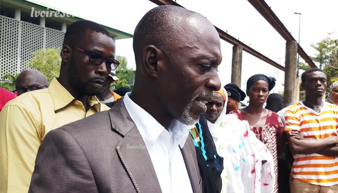 Charles Koffi Hanon, président du RENADVIDET-CI avec certaines victimes des déchets toxiques ce jeudi 28 mars 2019, au tribunal du Plateau