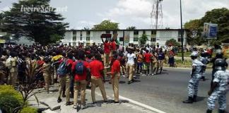 Marche des élèves du Lycée classique d'Abidjan à la RTI