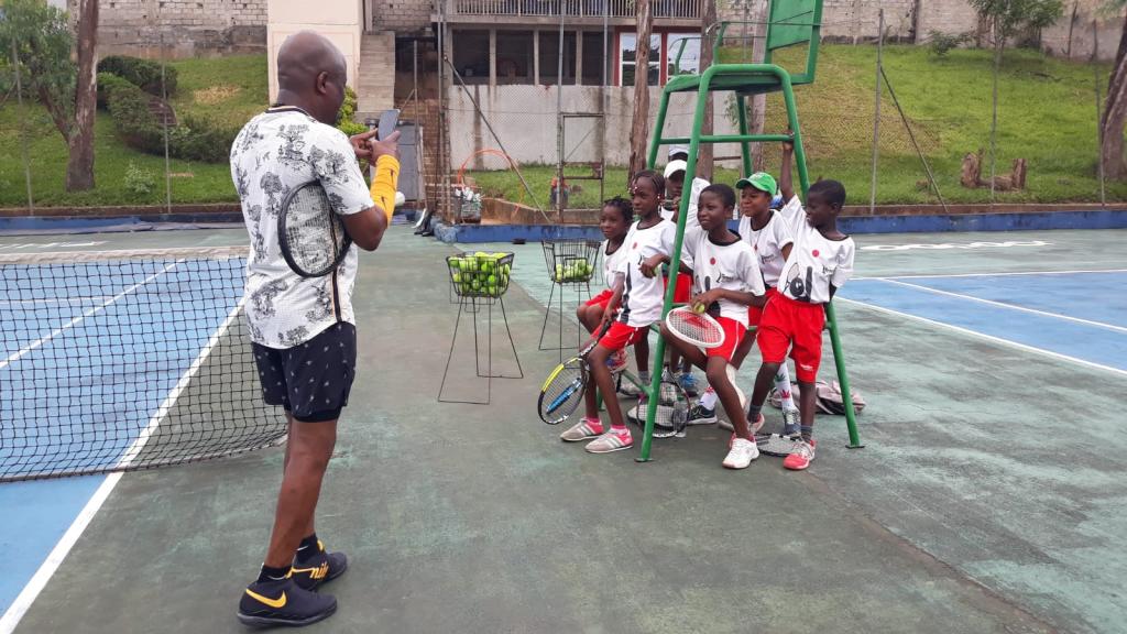 Fabrice Sawegnon et les enfants du Tennis Academy » de la Fondation Voodoo, le 23 juin 2019 à Abidjan