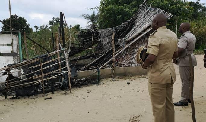 Vincent Toh Bi sur les cendres de la famille tuée par la foudre à Audouin Sante